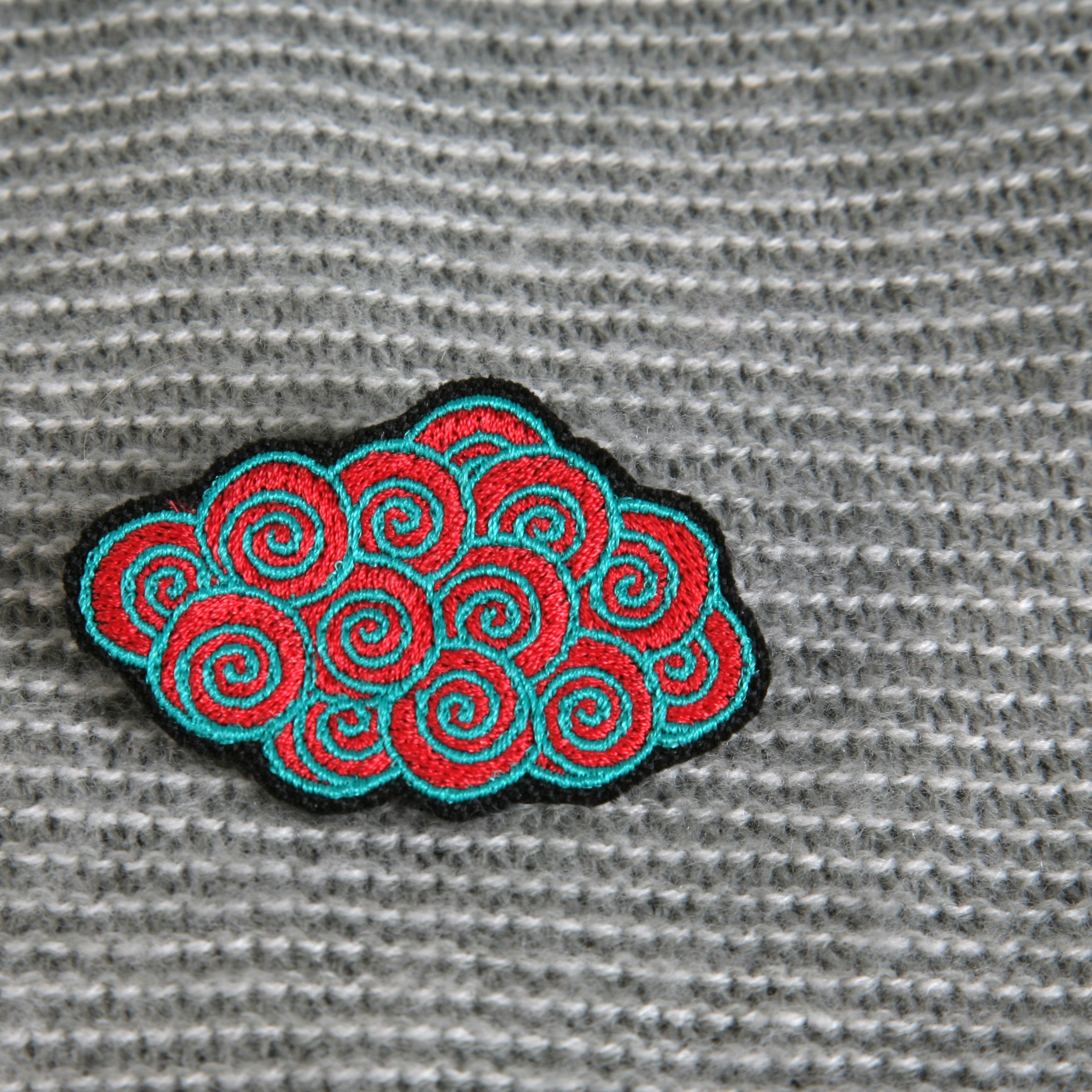 broche brodée nuage (rouge/turquoise)