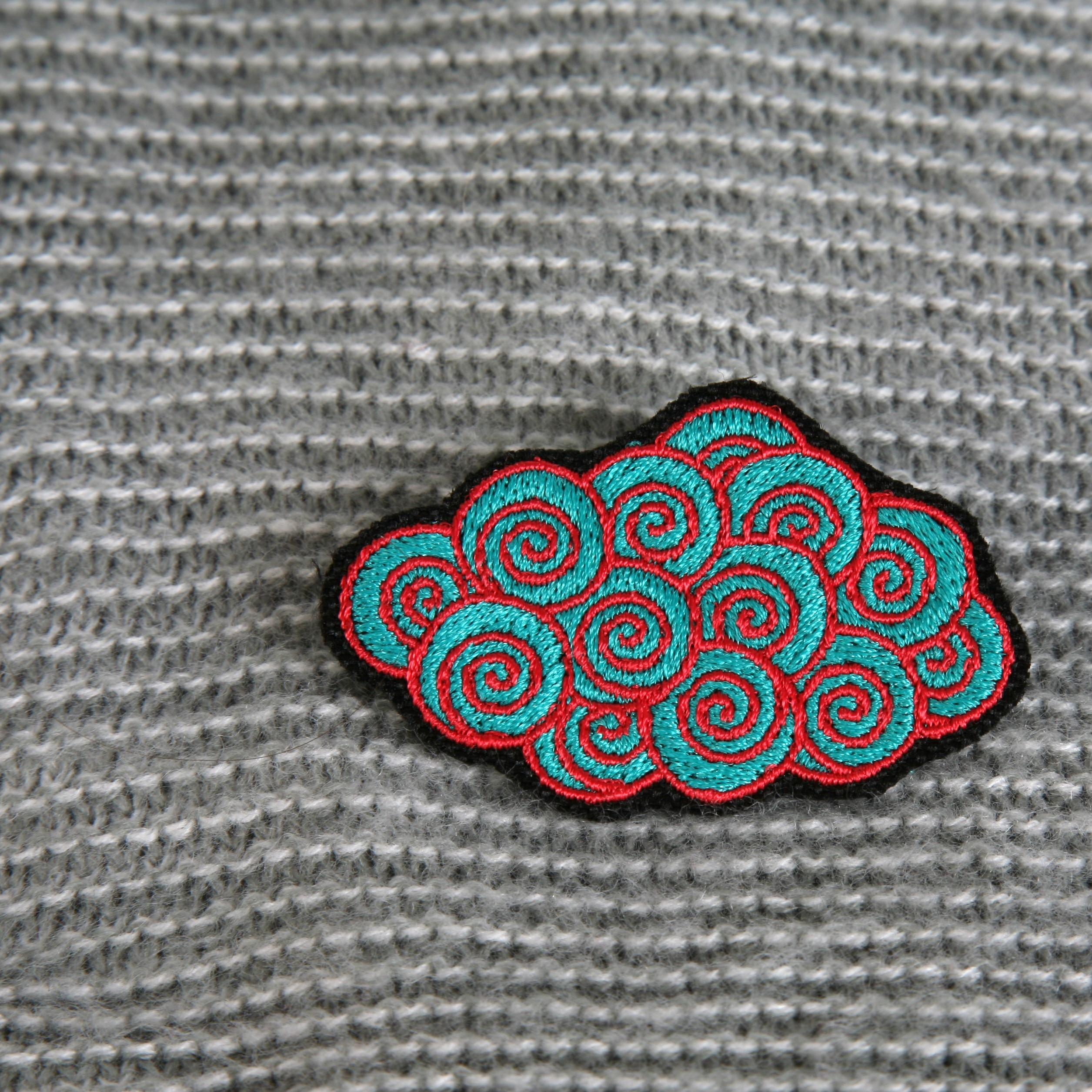 broche brodée nuage (turquoise/rouge)