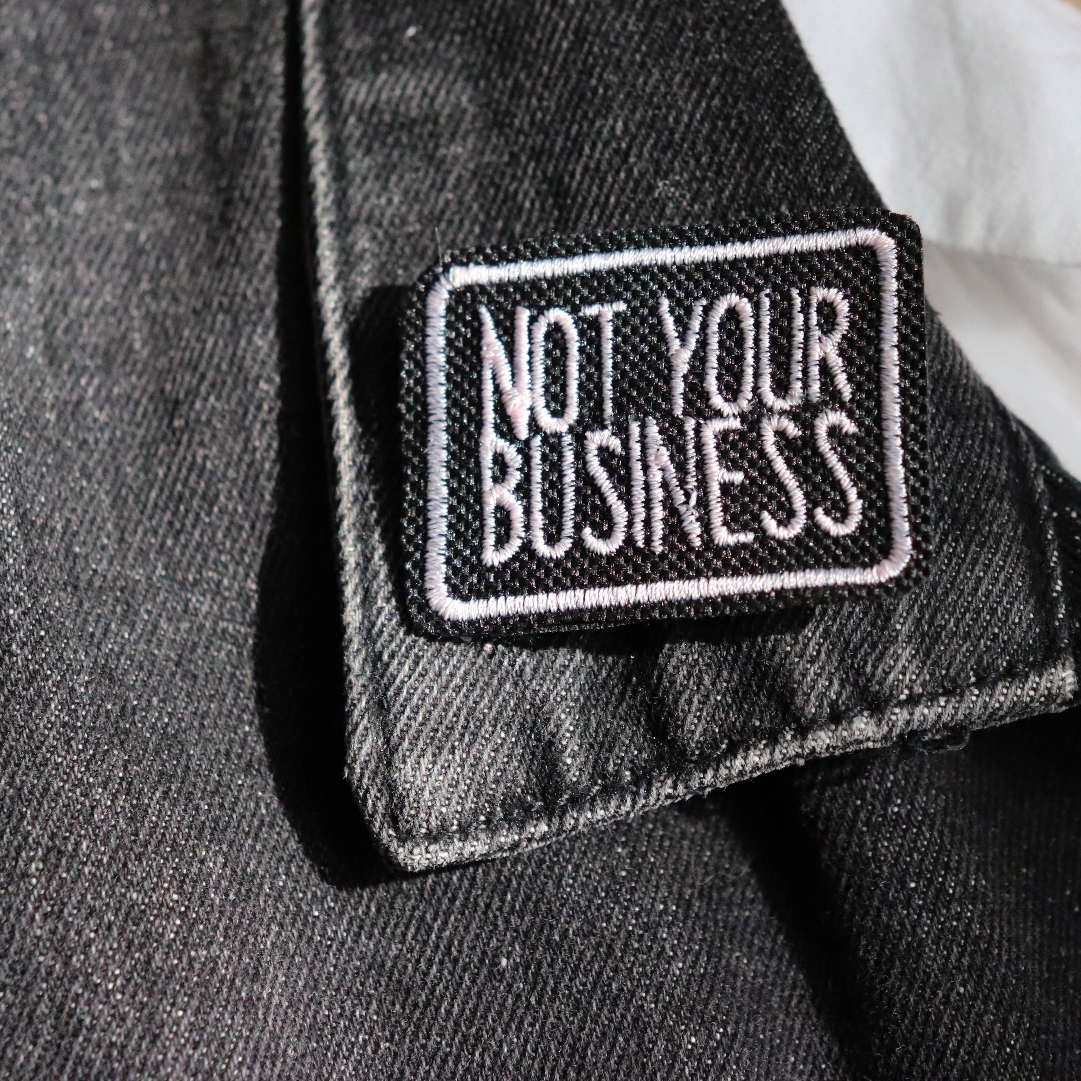 "broche brodée ""not your business"""